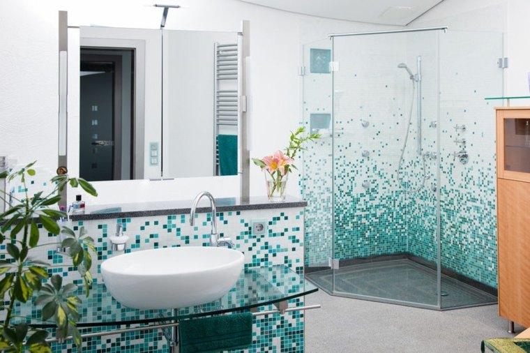 Baño Azul Con Blanco: muy fresco y agradable con paredes decoradas con mosaico blanco y azul