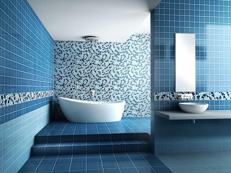 Baño Blanco Con Azul:Un baño con azulejos azules y con mosaico blanco y azul de diferentes