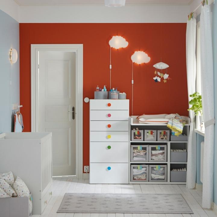 muebles abiertos plantas canastas colores
