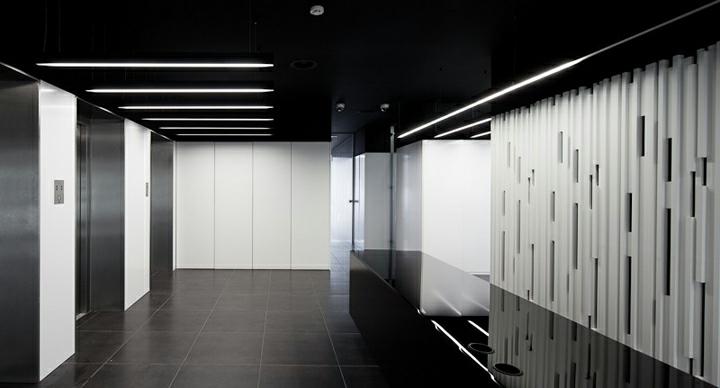 muebles techo negro acentos lacadas