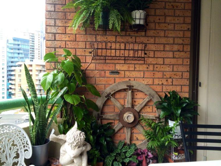 terrazas decoradas con plantas estatuas