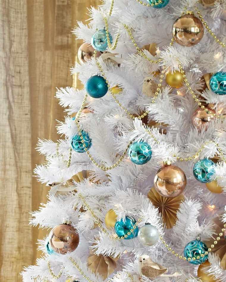 árbol de navidad blanco decorado