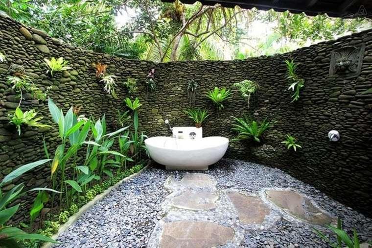 Baños Rusticos Originales:La chimenea como una ecoración original del baño rústico
