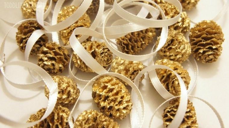 bonita decoración pinas doradas