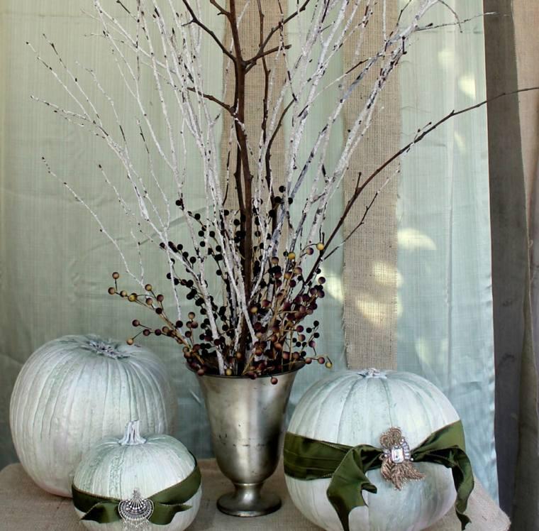calabazas blancas jarrón ramas