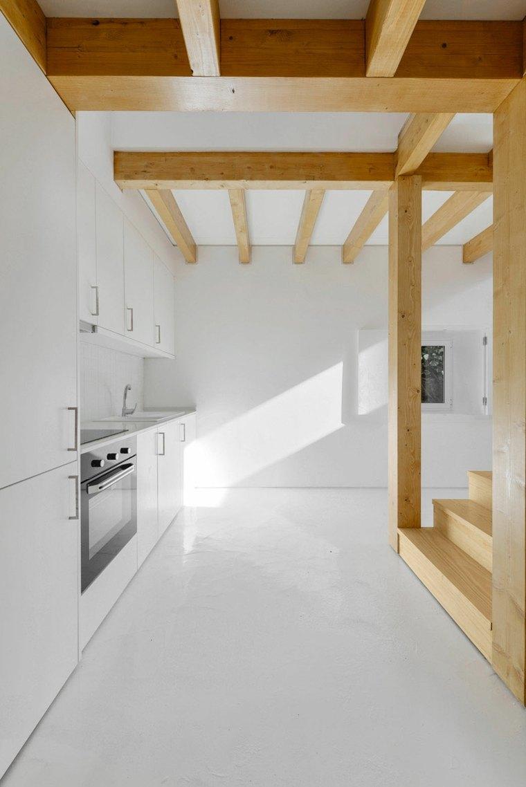 cocina blanca vigas madera a la vista