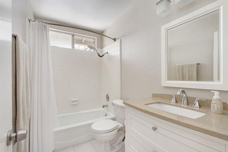 Ba o peque o 38 ambientes ntimos y modernos for Diseno banos pequenos espacios