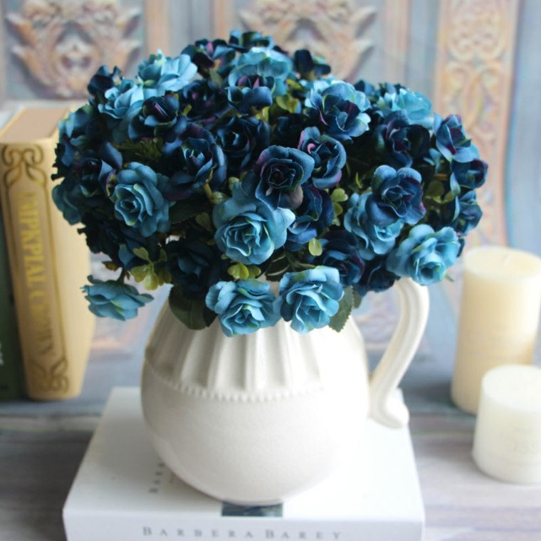 decorar con flores artificiales azules