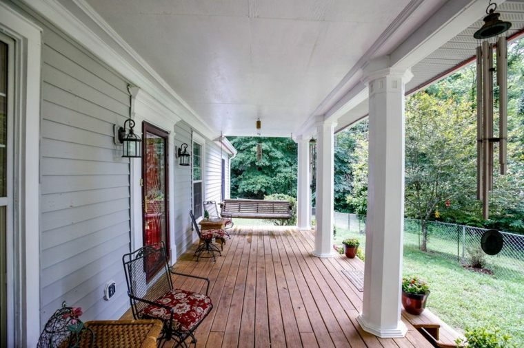 decorar porche diseno mesas ratan sillas acero ideas