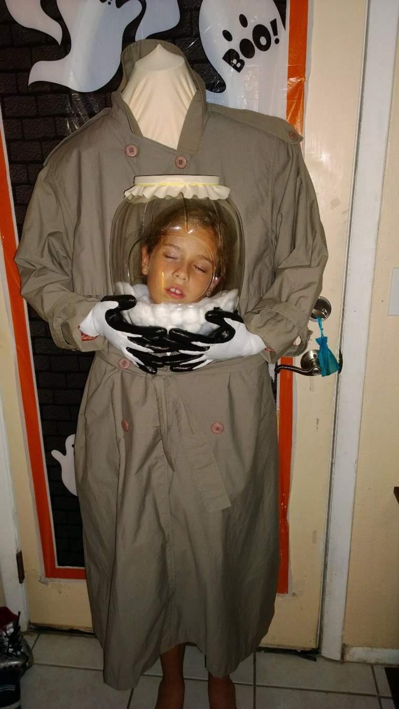 disfraz nina sin cabeza dentro urna