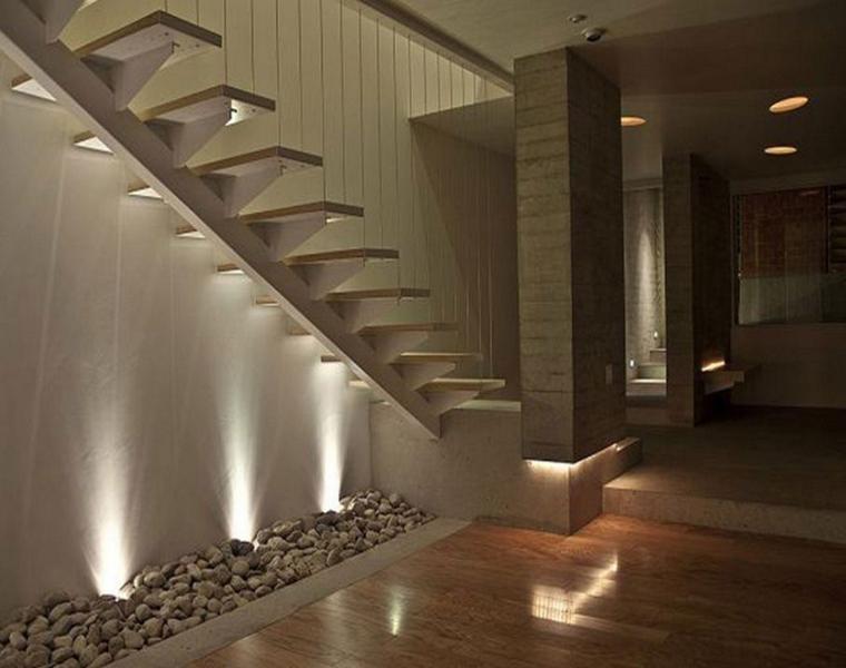 escaleras colgantes decoradas piedras