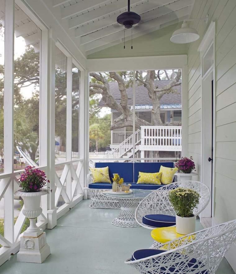 decorar porche muebles blancos toques azul ideas