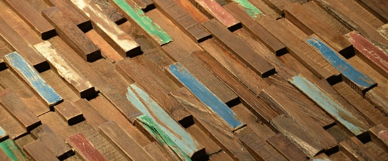 revestimiento pared madera clavijas colores
