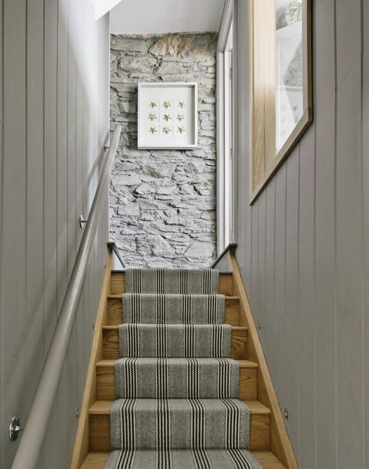 pasillo de entrada con escaleras