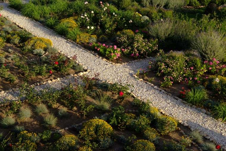 sendero jardin diseno geometrico grava ideas