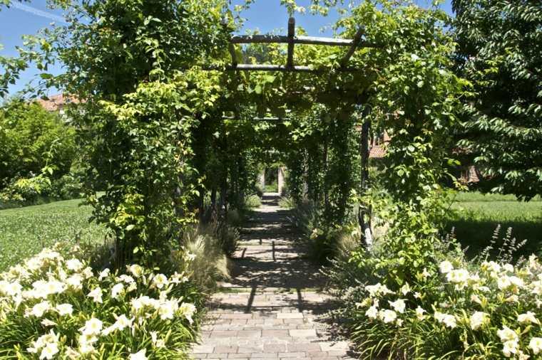 sendero jardin estilo romantico pergola plantas ideas