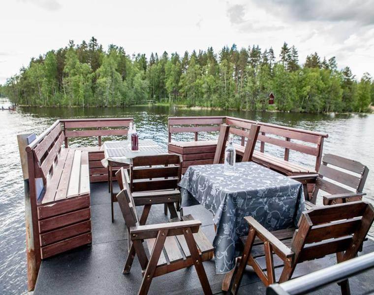 terraza comedor casa flotante sillas