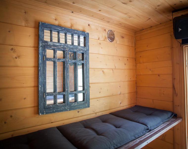 interior dormitorio madera casa flotante