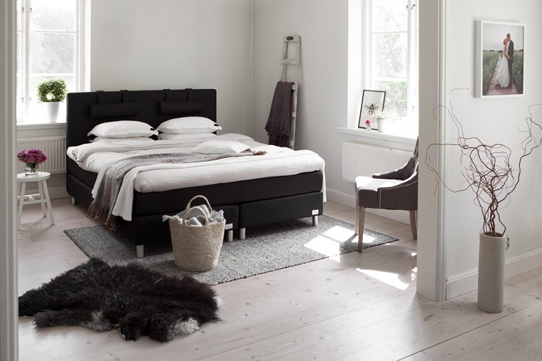 cama negra destaca dormitorio blanco ideas