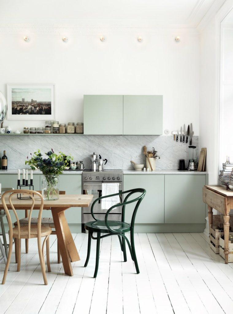 Ideas de muebles de color verde muy claro en la cocina con diseño al