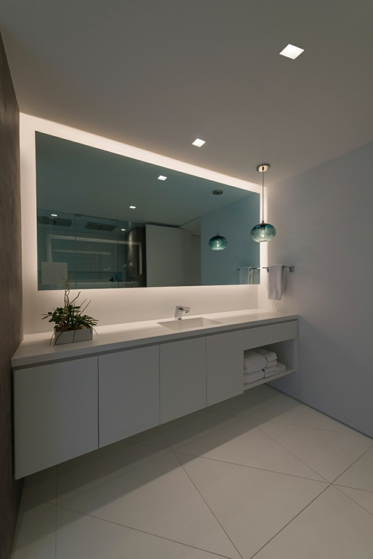 Dise o de ba os con iluminaci n escondida for Espejo grande blanco
