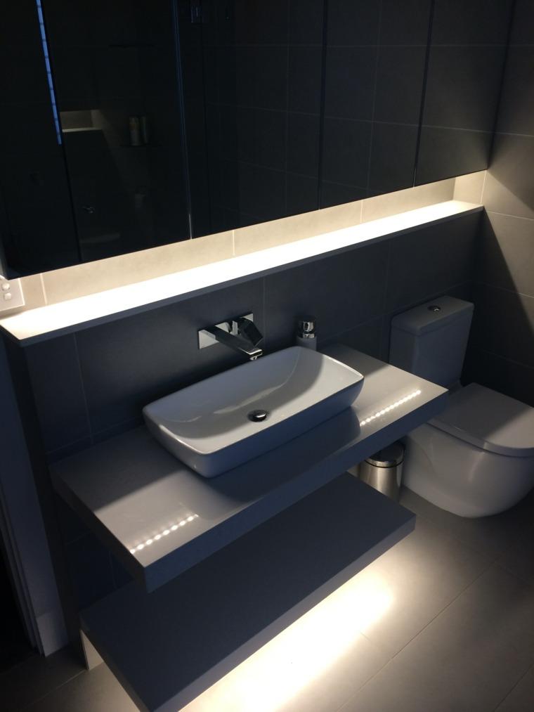 diseno de banos opciones iluminacion escondida lavabo negro ideas