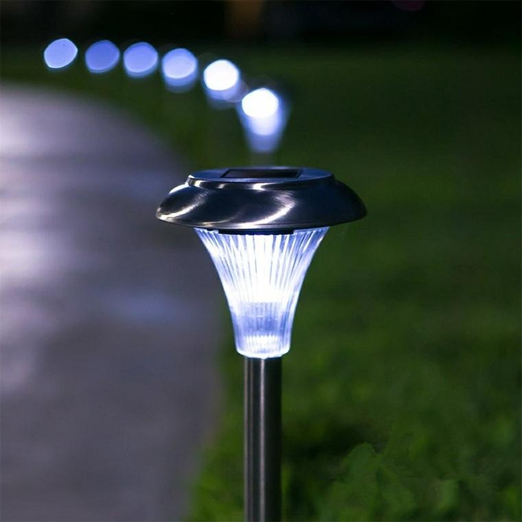 Iluminaci n exterior como sacarle mayor partido al jard n - Lamparas solares de jardin ...