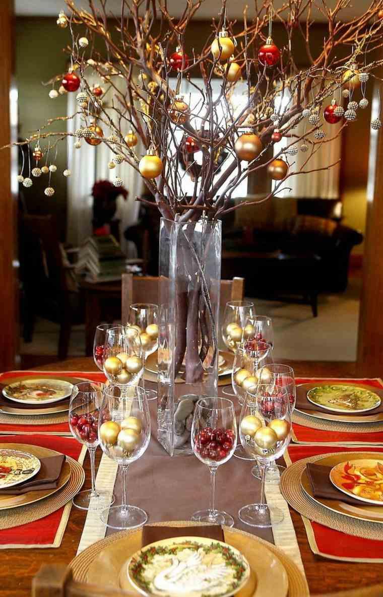 mesa color rojo y dorado