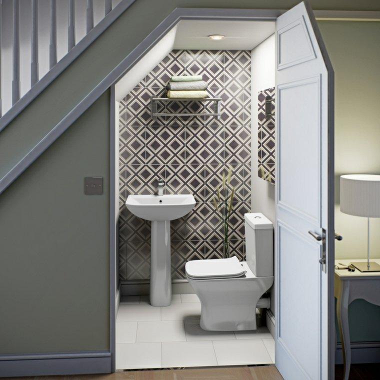 original aseos pequeños bajo escaleras