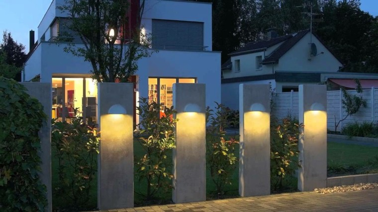 originales columnas cemento luces jardínj