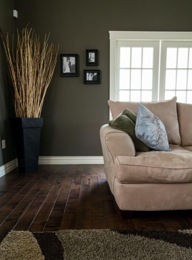salones-de-diseno-oscuro-suelo-madera-pared-opciones