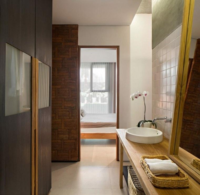 acceso dormitorio habitacion bano cesta