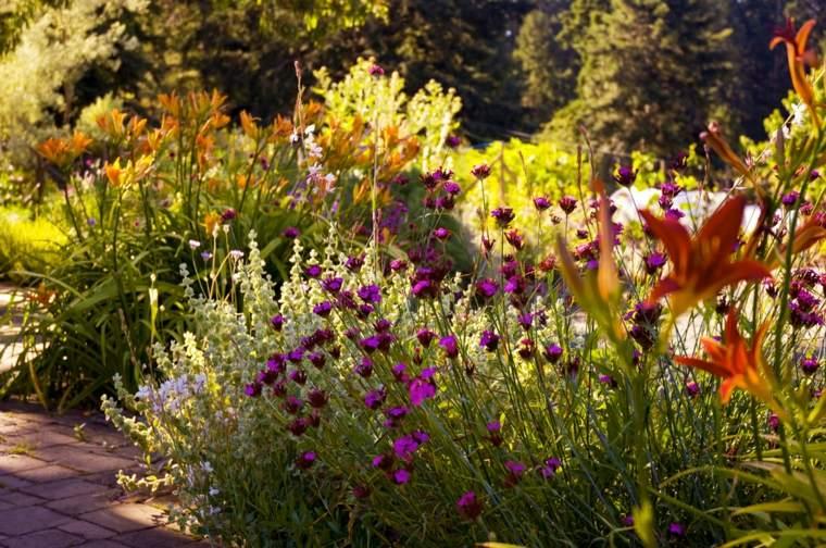 bonita composición flores jardin