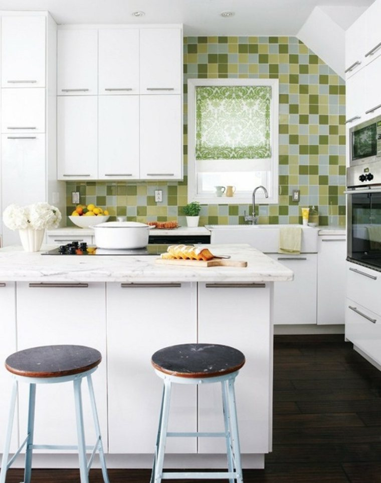 cocina pequeña azulejos verdes