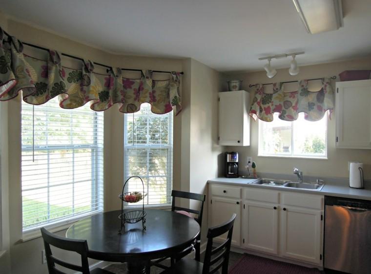 Cortinas de cocina y estores para enriquecer el diseño -