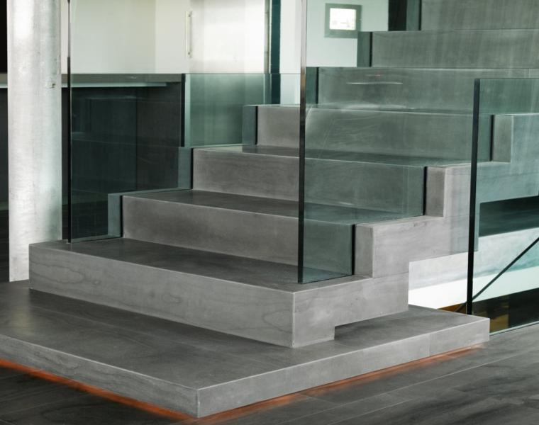 escalera moderna cemento y vidrio