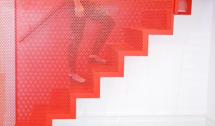 escaleras de interior diseño paredes blanco metales