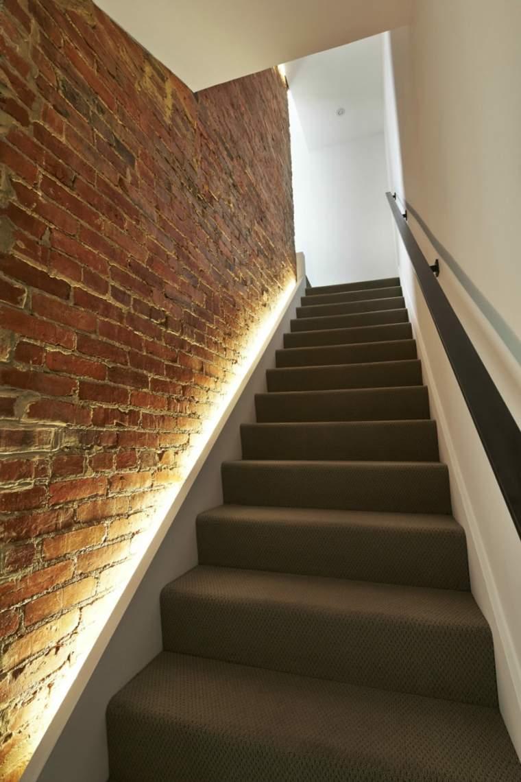 escaleras luces paredes ladrillos pasamanos
