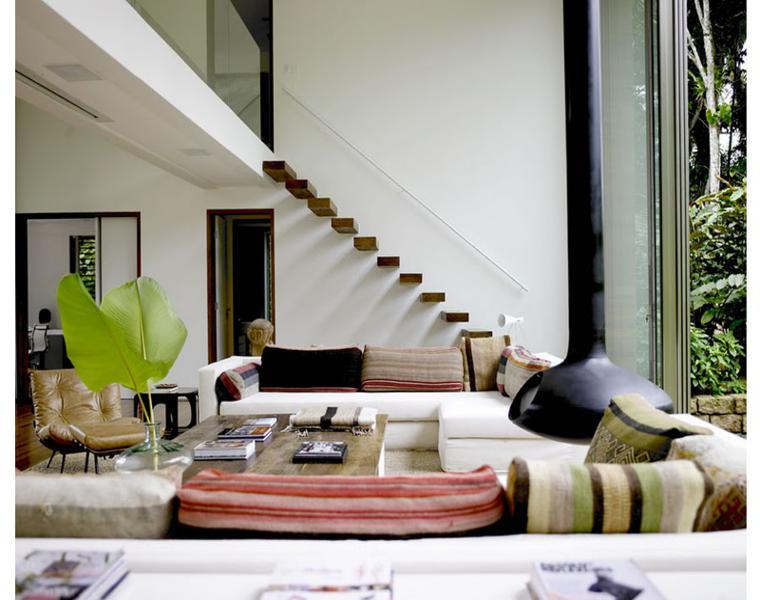 escaleras suspendidas salon moderno madera