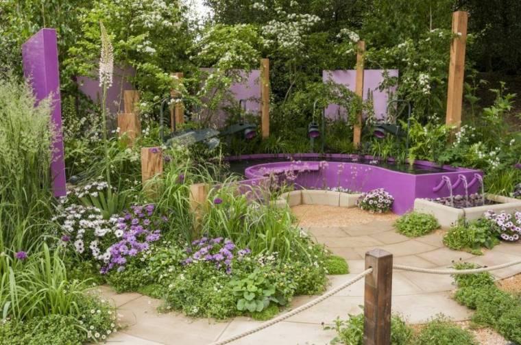 fuente jardin color violeta plantas