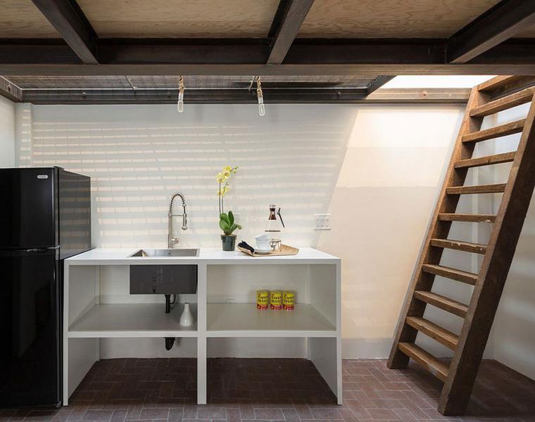 interior cocina escalera madera