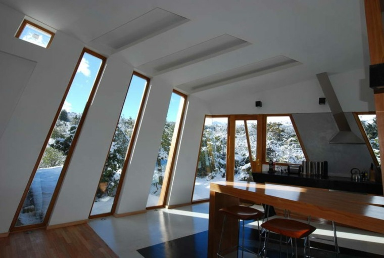 la ventana inclinadas paredes madera sillas