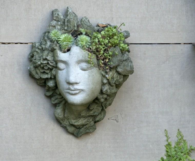 escultira adornada plantas