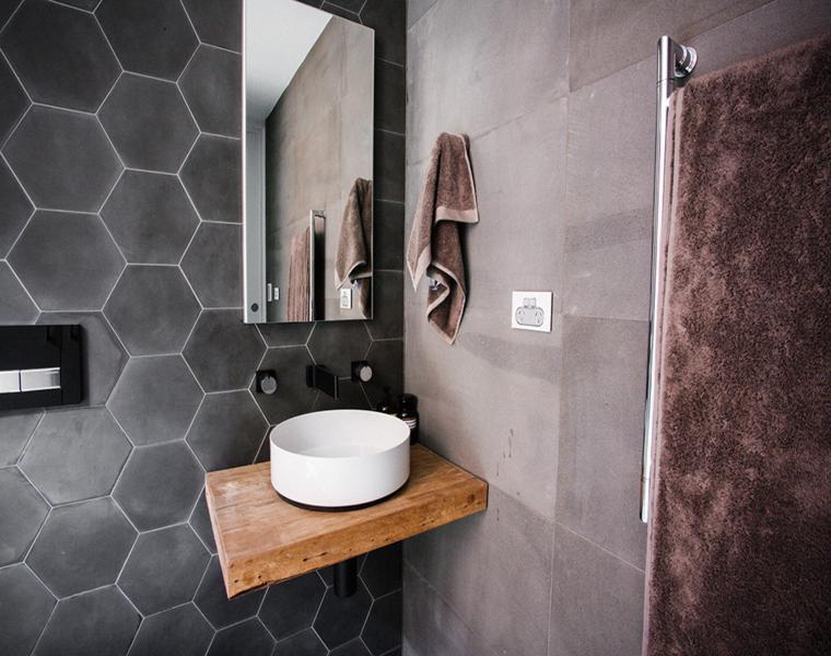 baño moderno azulejos hexagonales