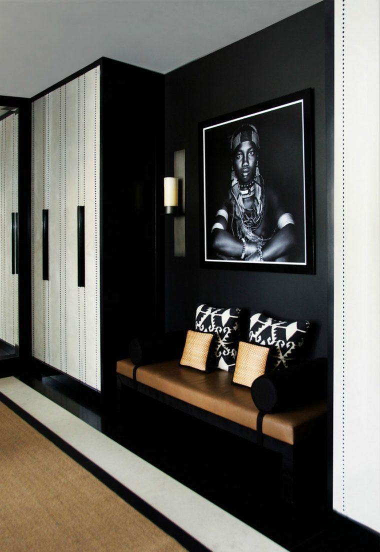 pasillo color negro con una fotografia