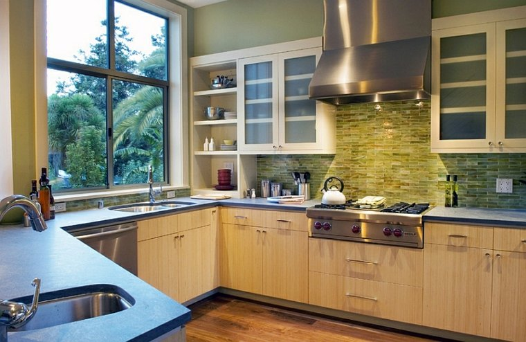 combinando los colores del mosaico de la cocina con el color de la pintura de la pared pintura para pintar azulejos