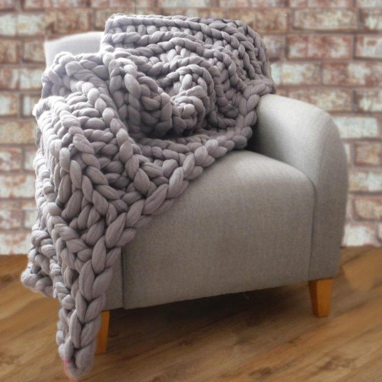 Mantas de punto gruesas para decorar tu hogar en invierno -
