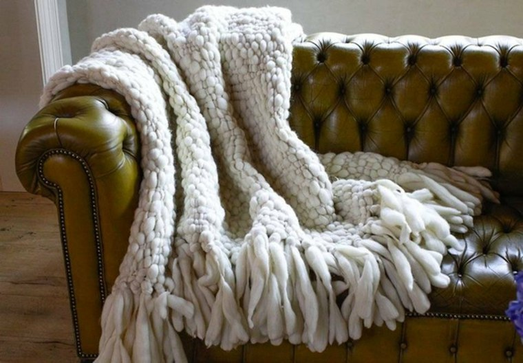 sofá estilo Chesterfield con manta
