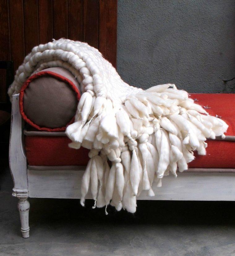 sofá estilo retro mantas