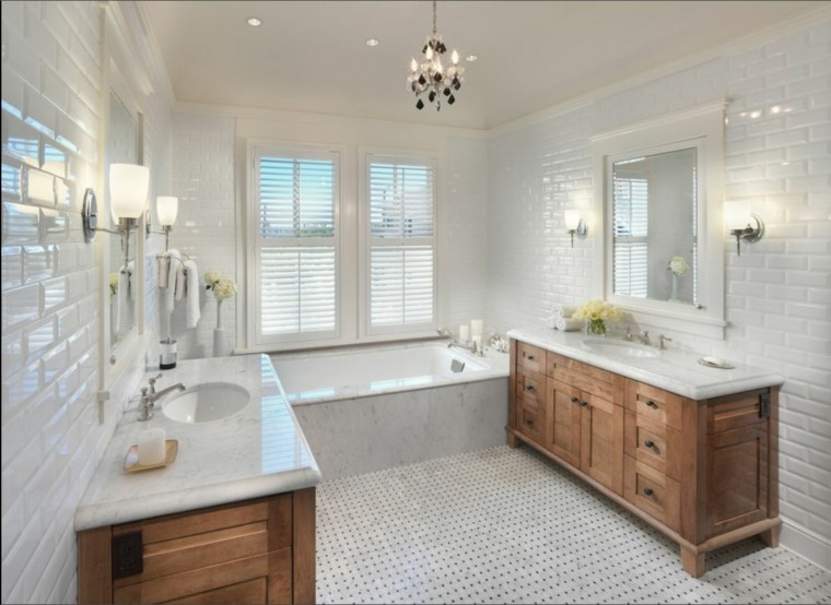 Azulejos blancos de estilo metro en baños y cocinas -